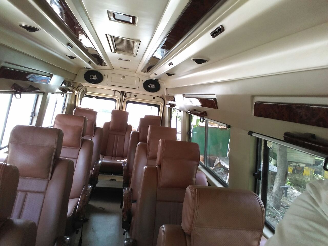 9 Seater Luxury tempo Traveller hire in Delhi